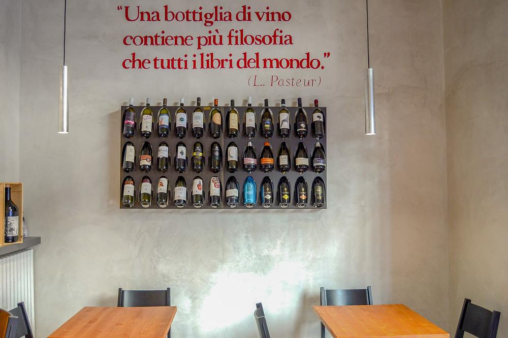 Enoteca che custodisce ottimi vini e buon cibo, al centro del distretto di Isola!
