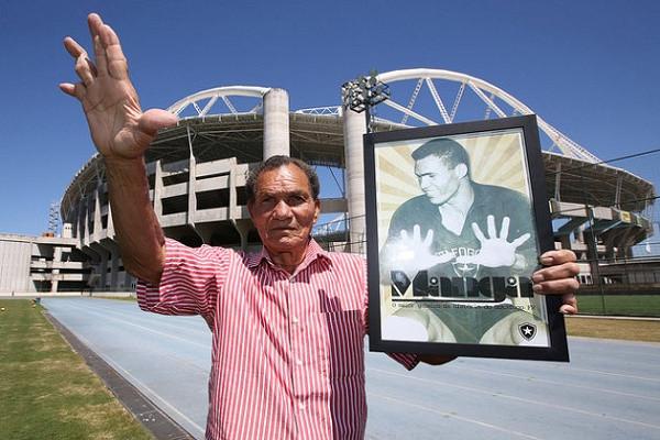 Manga posando em frente do Estádio Olímpico Nilton Santos / Engenhão