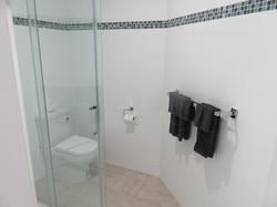 Rm 9 Family Bathroom (3)