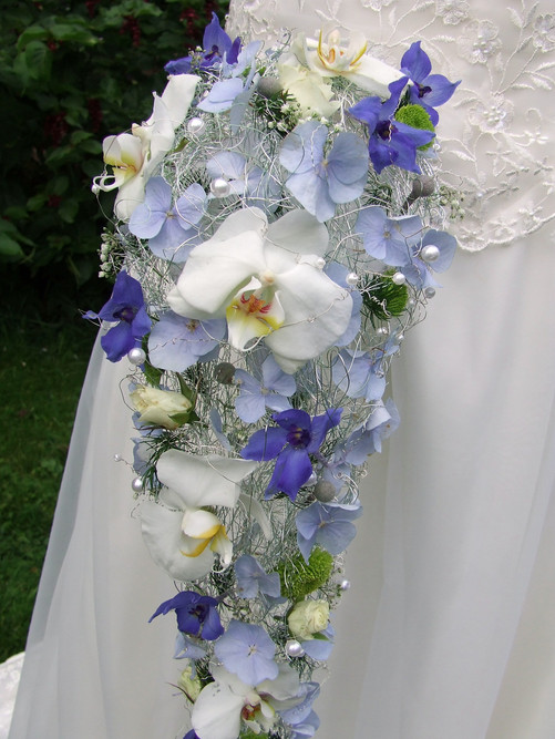 Close-up detail of our blue and white wired bouquet