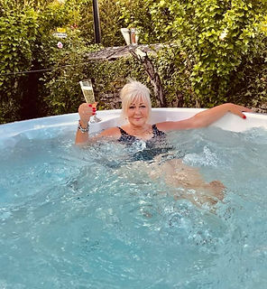Hot%20tubs%20review%20Annie-Newlands-Cook_edited.jpg