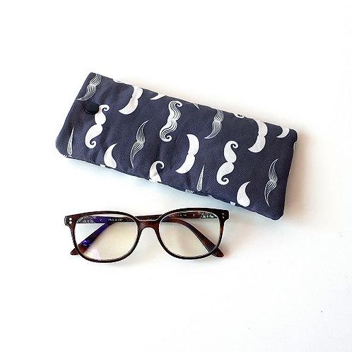 Etui à lunettes moustaches fond bleu