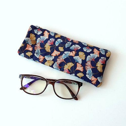 Etui à lunettes feuilles gingko fond bleu