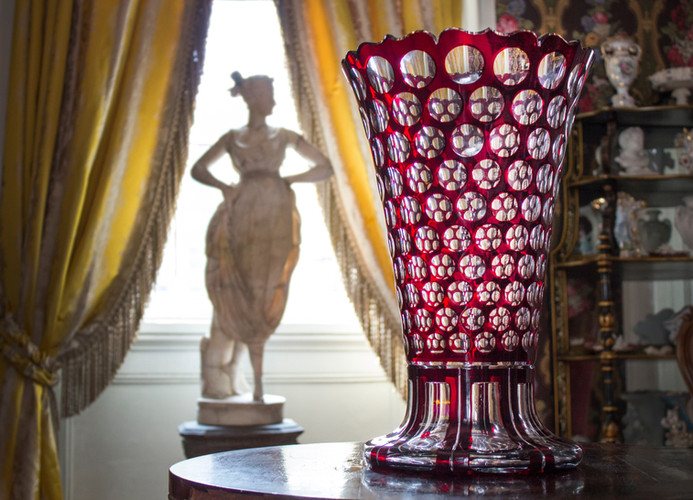 Thousand eyed vase, Tete-a-tete room, image by Ed Houck