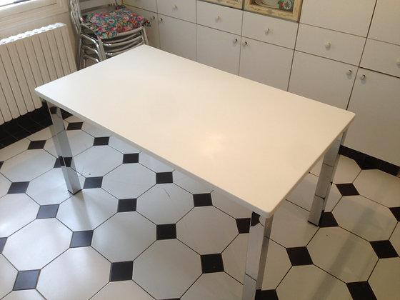 TABLE EN CORIAN