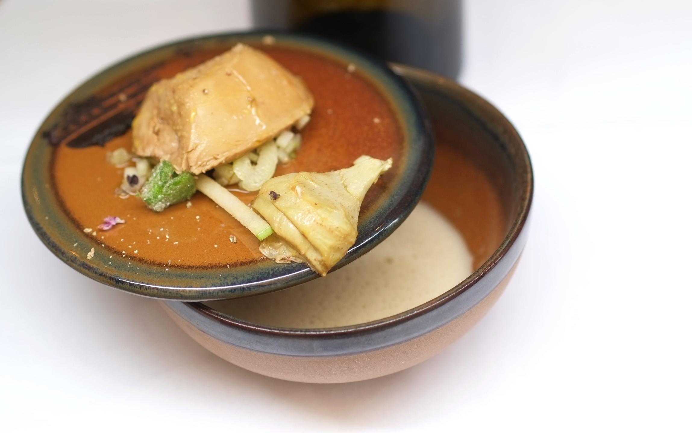 Foie gras Rougié poché dans un bouillon de tamarin, Artichaut en poivrade et son écume montée au beurre noisette par Anthony Courteille – (Matière à. – Paris)