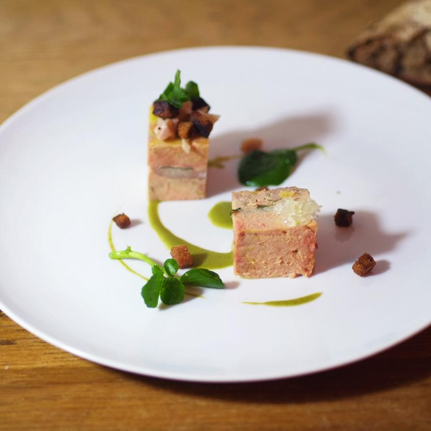 Entrée (cuvée Alain Thiénot) Mi-cuit de foie gras et anguille sauvage fumée Pétrossian montés en strates, cresson et perle de citron caviar Natoora