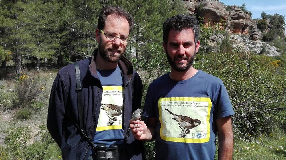 Los investigadores con uno de los primeros ejemplares de la especie marcado con un geolocalizador