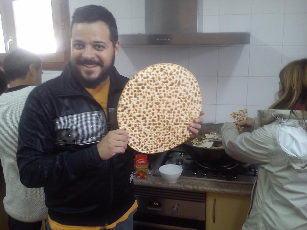 Uno de los participantes con una torta de gazpacho manchego