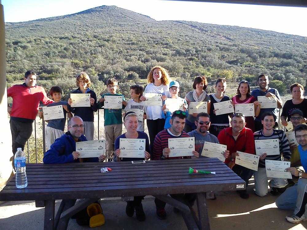 Participantes en el curso mostrando sus diplomas del curso de micología