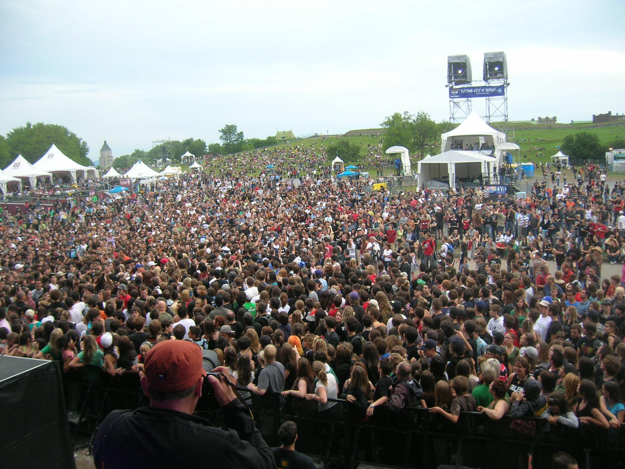 Tippi disapperas into the crowd @ Quebec Festival