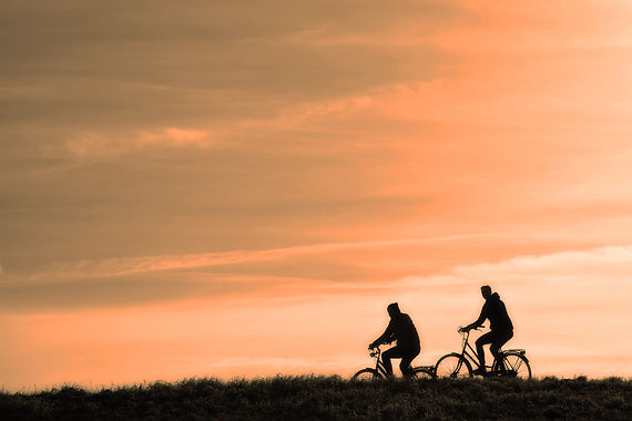 fietsers over de dijk.jpg