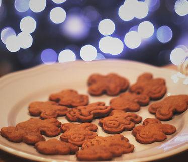 cookies%20in%20round%20white%20ceramic%2