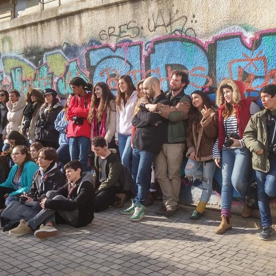 אוטובוס שלם של נוער. מגמת צילום