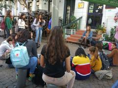 מפגש של קבוצת תלמידים עם אמנית שירת רחוב