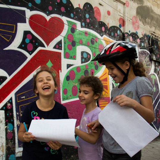 ילדים ממלאים את דף המשימות בסיור למשפחות