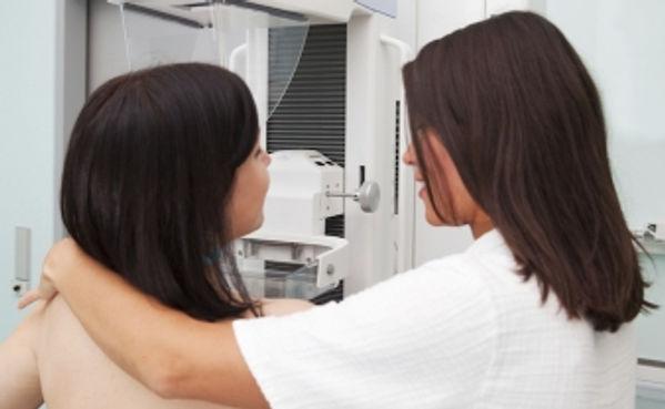 kadınlara 40 yaşından sonra belli aralıklarla mamografi ve meme ultrasonografisi yaptırmaları önerilir