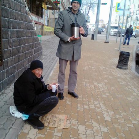 Кормление бездомных в рамках социального проекта Центрального благочиния «Добромобиль».
