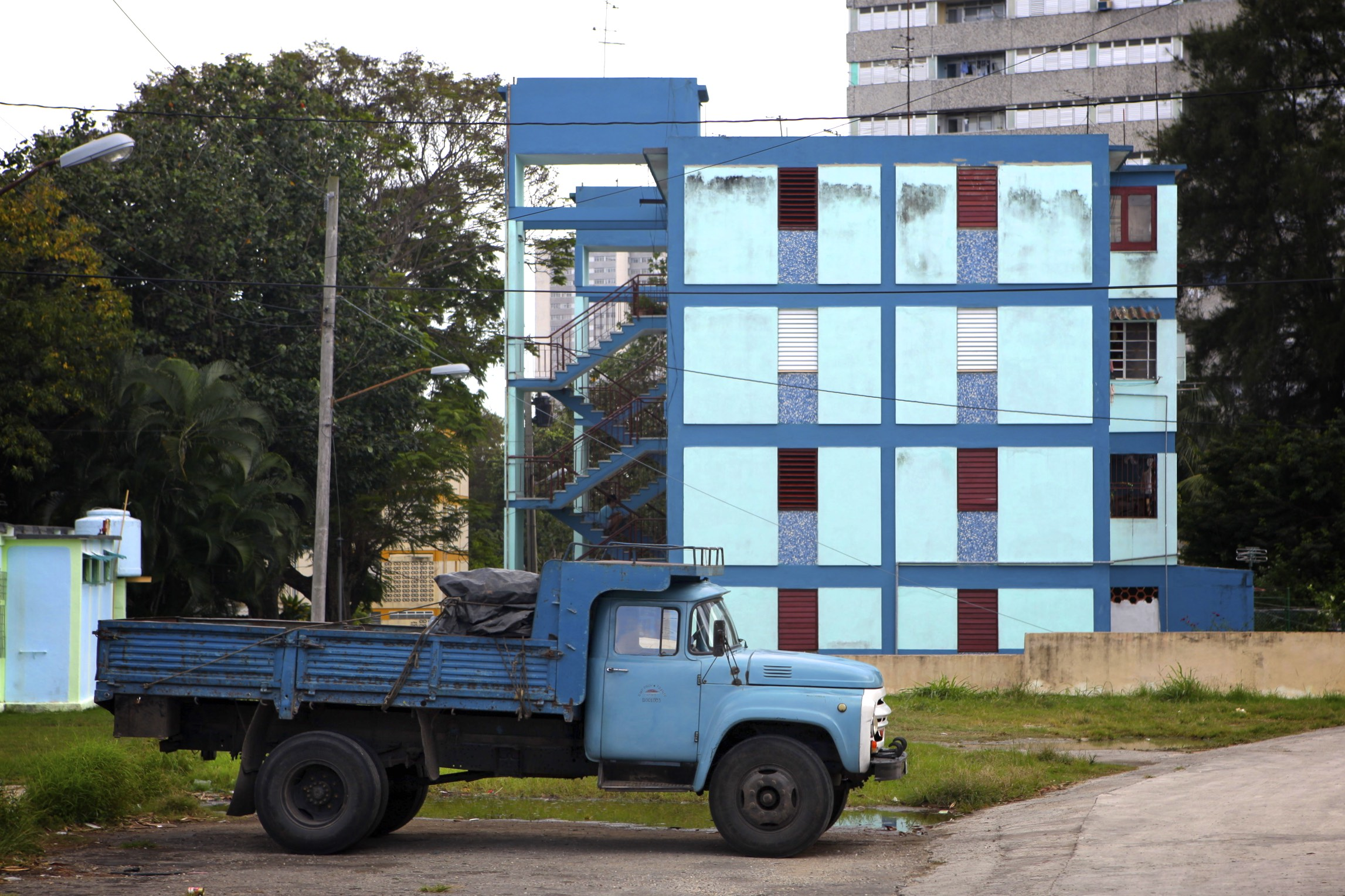 Blue Truck and Building: Vedado