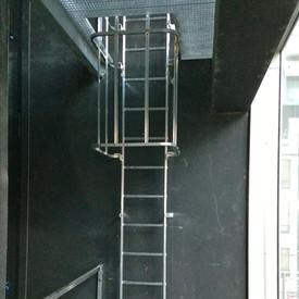 Réalisation d'un accès dans une gaine d'ascenceur.