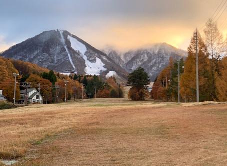 山に初冠雪