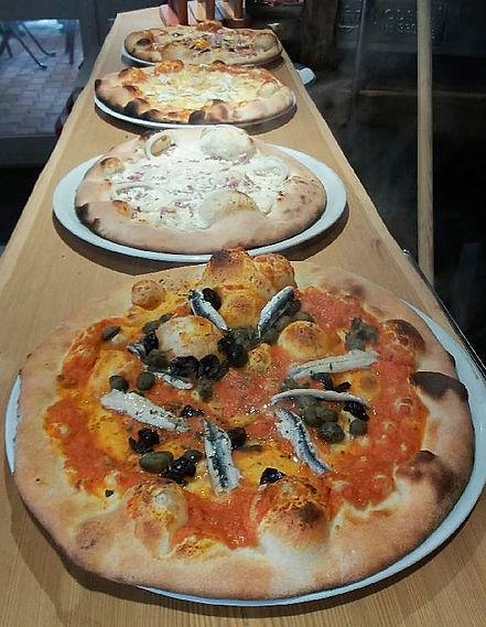pizzas_prêtes_pour_le_service_edited.jpg