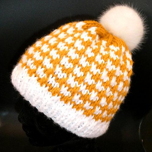 Bonnet tricot artisanal fait main avec pompon fausse fourrure