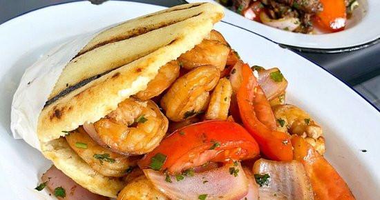 arepa-con-camarones-saltados.jpg