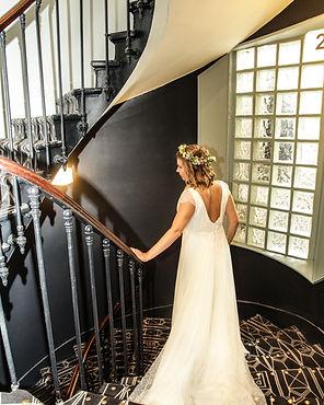 femme robe blanche descend escalier