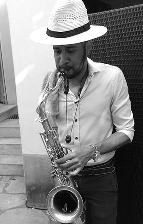 musicien joue saxophone
