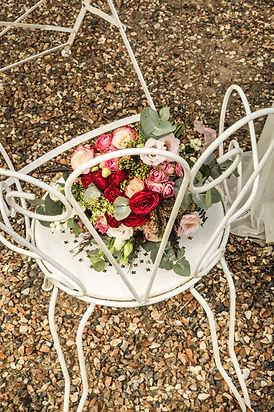 bouqut de fleurs sur chaise
