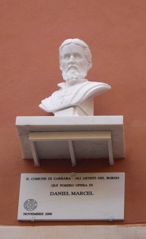 Buste de Michel-Ange sur la place Del Duomo à Carrare, Italie