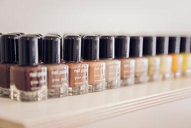 Nagllacke in verschiedenen Farbe für die Nagelpflege