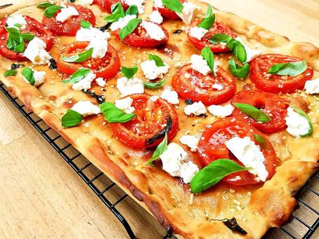 Gezonde focaccia met ricotta en tomaat