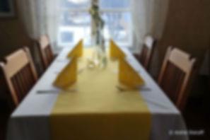 Alantalon pöytä katettuna juhliin