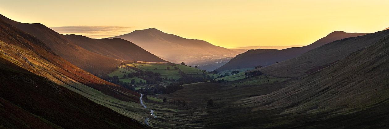 Leuchtender Sonnenaufgang im Lake District Nationalpark in England