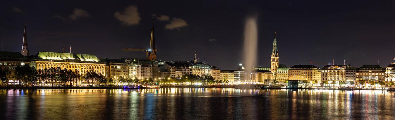 Die Binnenalster und der Jungferstieg in Hamburg bei Nacht