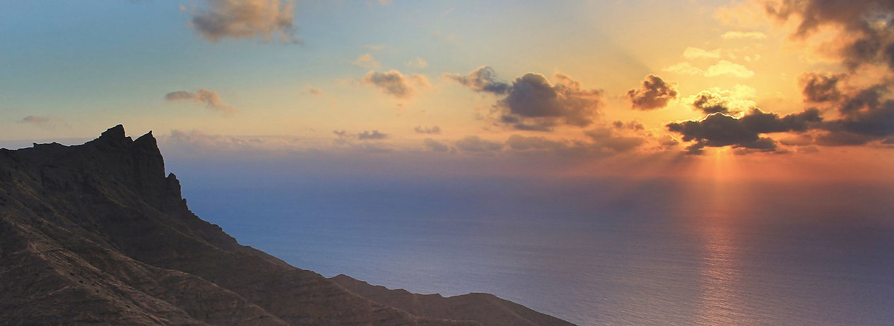 Sonnenstahlen und schroffe Klippen auf La Gomera kanarische Ineseln