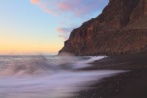 Splashing waves at Playa des Ingles