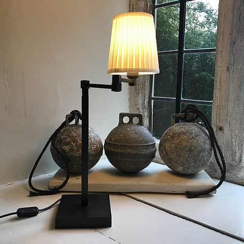 Sophisticated, articulated table lamp with anodised finish
