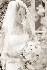 Photo de la superbe mariée avec son voile, en noir et blanc prise au sommet du Cap Tremblant