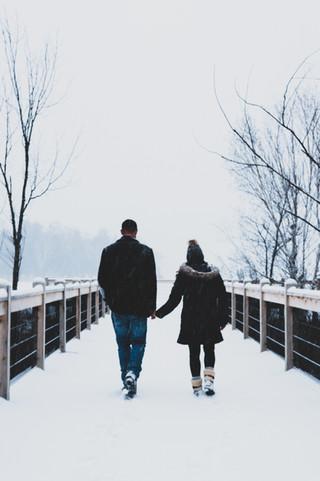 Photo lifestyle en extérieur de fiançailles surprise par une belle journée de tempête de neige, à Mont-Tremblant.