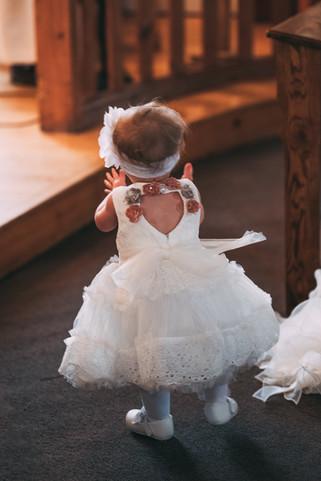 photo de petite fille de 2 ans à la chapelle de Mont-Tremblant, lors du mariage de ses parents.