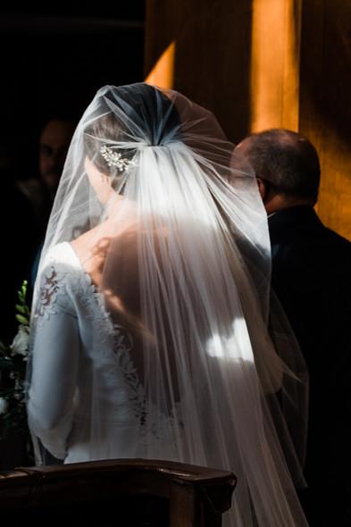 Photo de cérémonie de mariage à l'Hôtel Quintessence de Mont-Tremblant, photo artistique du soleil qui frappe le voil de la mariée.