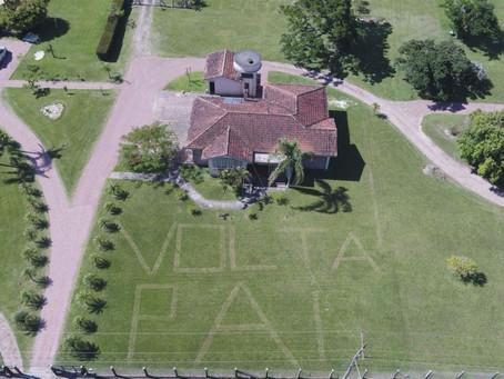 'Volta, pai': filho escreve uma mensagem no gramado para o pai intubado com Covid-19