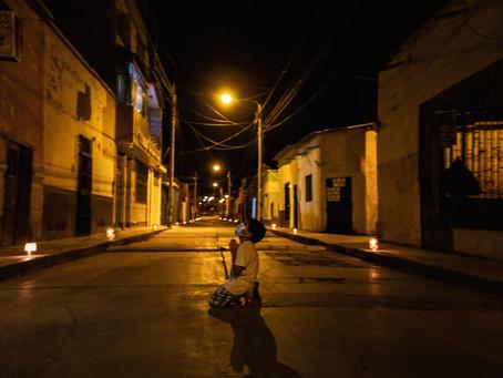 Foto de menino ajoelhado em rua do Peru encanta a web