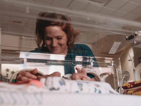 Entenda o que é uma licença maternidade estendida para mães de bebês prematuros.