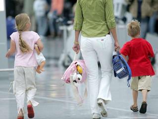 Famílias cuidado! Quem voa sozinho com as crianças em férias deve trazer o consentimento do parceiro