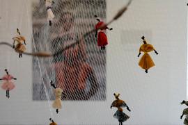 """Bárbara Milano e Nazaré Soares  """"Pra não te Perder / Encontro Precioso""""  2021  objeto-afetivo  6 m (maleável)  [ rede de pesca e abayomi ]"""