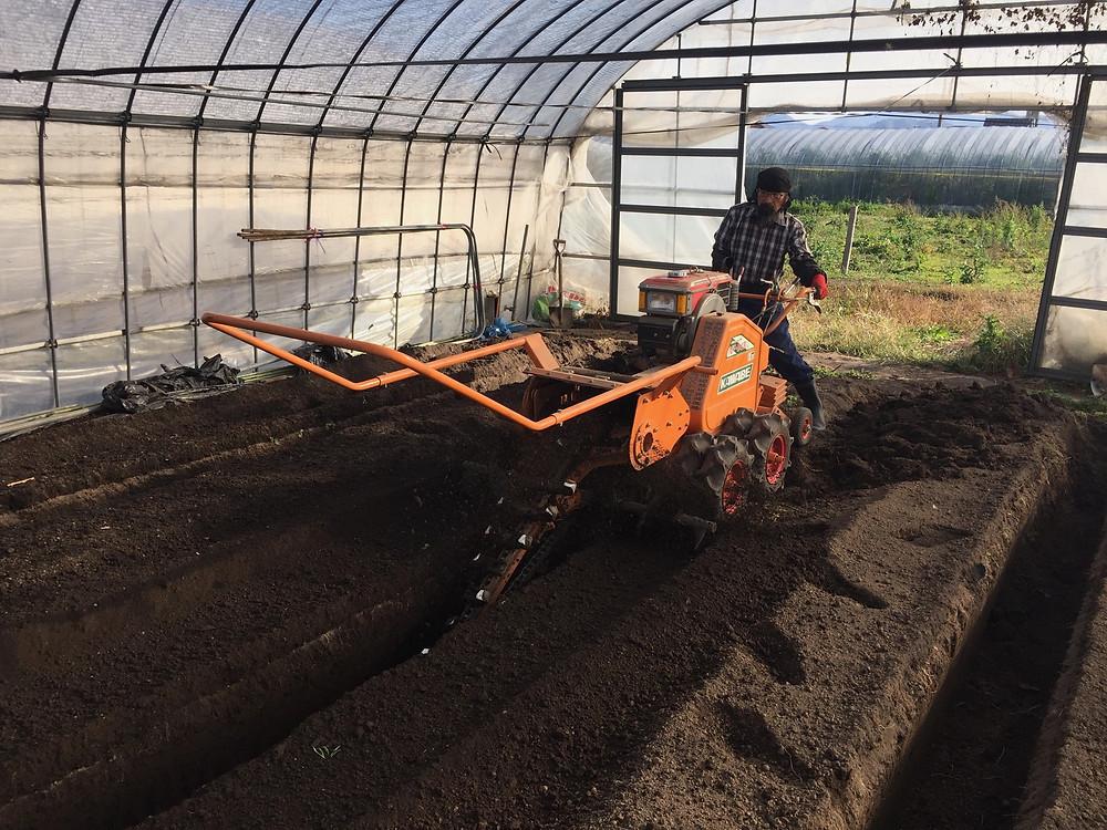 溝施肥(ミゾセヒ)トレンチャーを使って溝を掘っている様子2